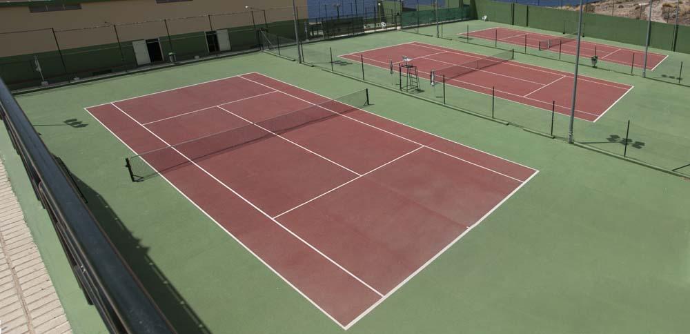 Panorámica de pistas de tenis rojas